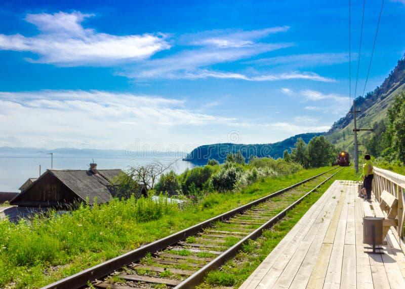 Arrivo della locomotiva sulla piattaforma immagine stock
