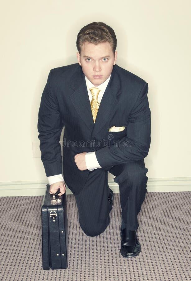 Arrodillamiento del hombre de negocios foto de archivo libre de regalías