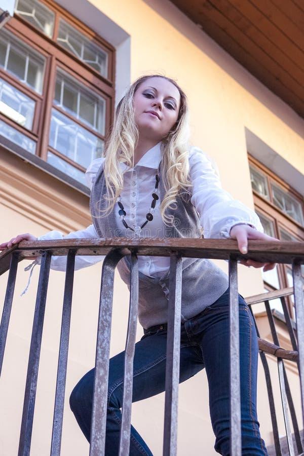 Arrogan en het Trotse Kaukasische Vrouwelijke Stellen op Treden in de Stad royalty-vrije stock foto's