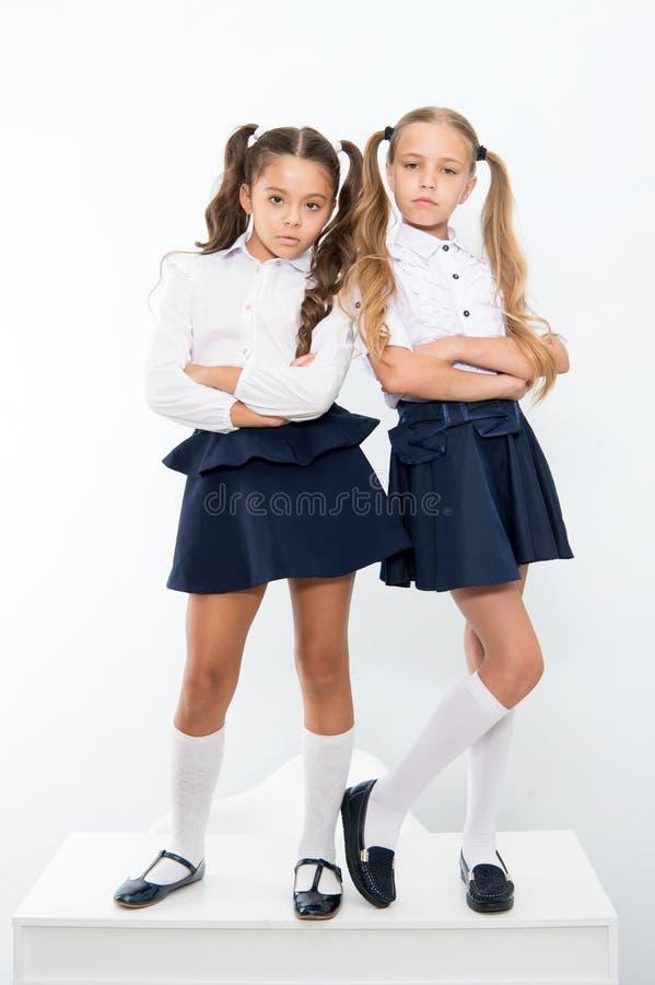 Arrogant hautain d'écolières avec la coiffure de queues de cheval Excellents élèves de meilleurs amis Les écolières parfaites ran image stock