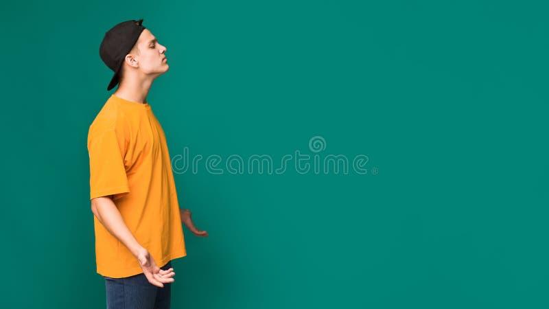Arrogant tonårig grabb över bakgrund med kopieringsutrymme royaltyfria foton