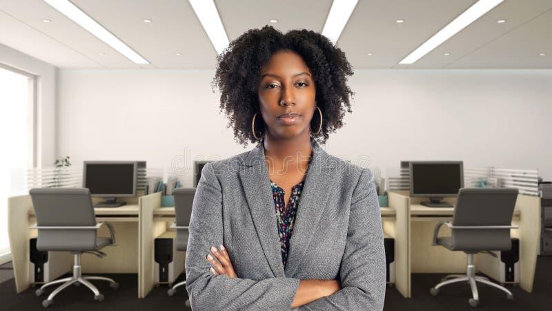 Arrogante Afrikaanse Amerikaanse Onderneemster In een Bureau stock afbeeldingen
