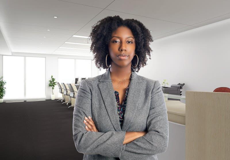 Arrogante Afroamerikaner-Geschäftsfrau In ein Büro stockfotografie