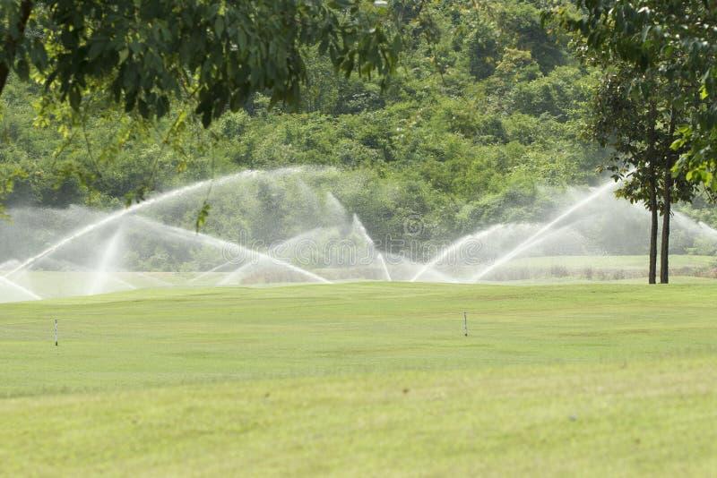 Arrosage dans le terrain de golf photos libres de droits