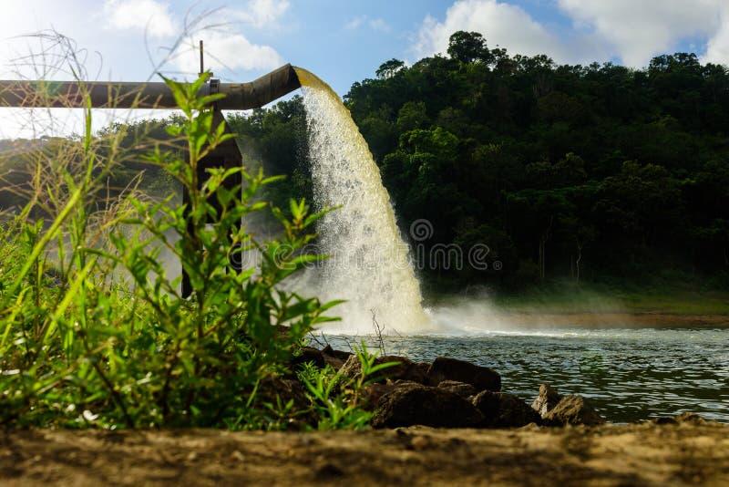 Arrosez du drain dans la production de l'eau photo libre de droits