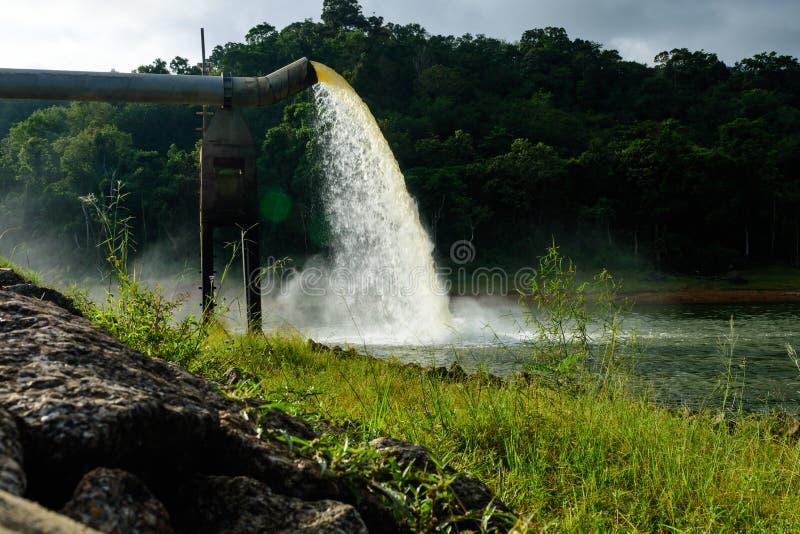 Arrosez du drain dans la production de l'eau photographie stock