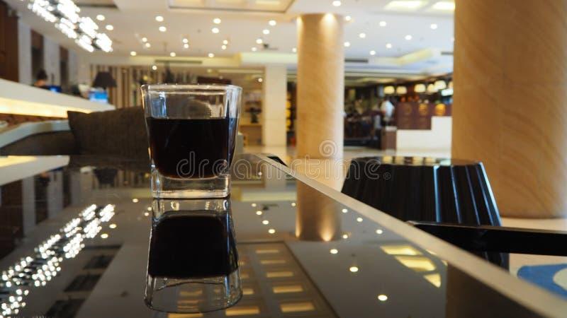 Arrosez en verre situé au lobby d'hôtel photo libre de droits