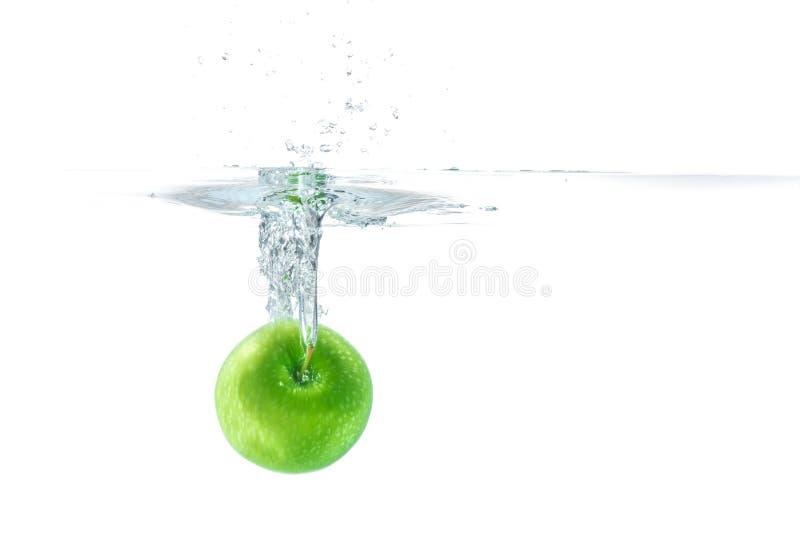 Arrosez l'éclaboussure Pomme verte sous l'eau image libre de droits