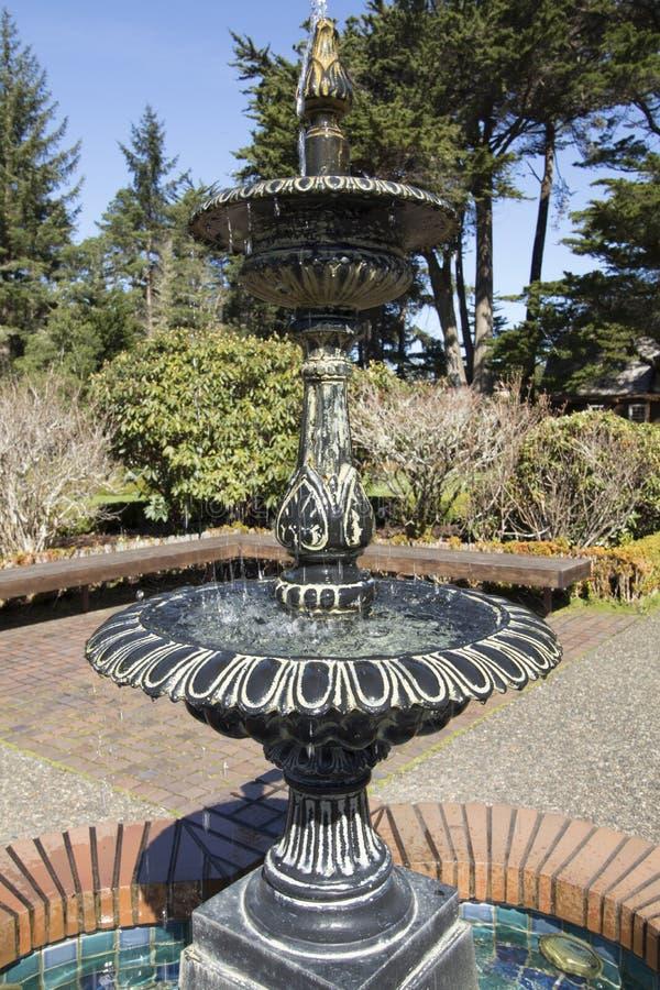 Arrosez l'écoulement au-dessus d'une fontaine un jour ensoleillé au parc d'état d'acres de rivage, Orégon images libres de droits
