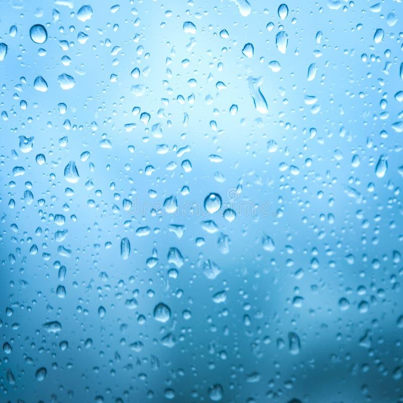 Arrosez la bulle de fond fraîche nettoient sur l'abst pur en verre de baisse de pluie photos libres de droits