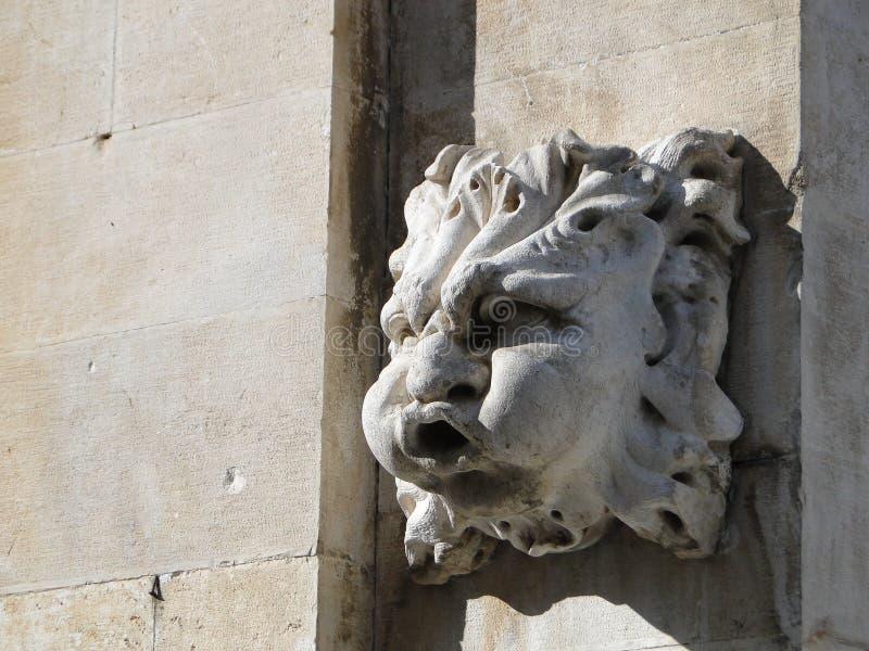 Arrosez la tête de soufflement, détail architectural de vieille fontaine dans Dubr images stock