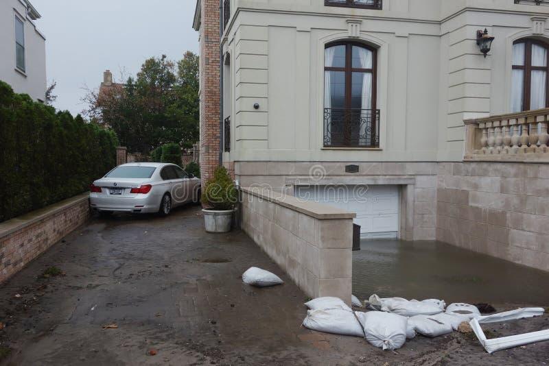 Arrosez la voiture endommagée et le garage inondé à la suite de l'ouragan Sandy dans Rockaway lointain, New York images libres de droits