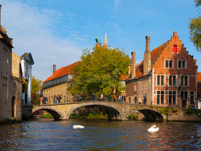 Arrosez le canal avec le vieux pont et les maisons médiévales de images libres de droits