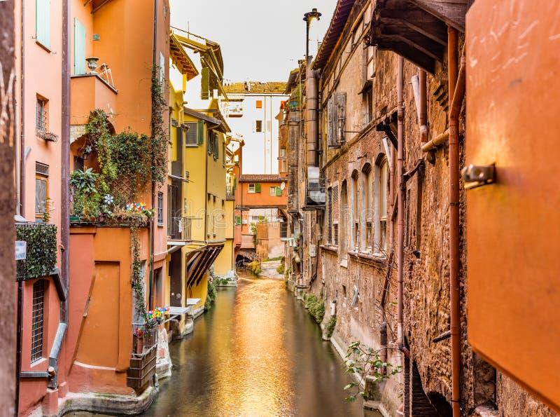 Arrosez le canal caché derrière une fenêtre en Italie photographie stock