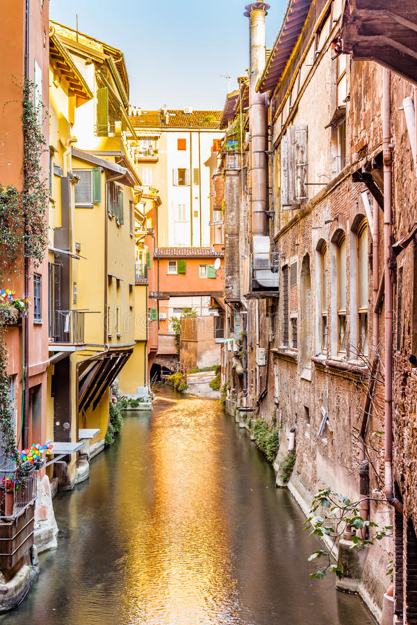 Arrosez le canal caché derrière une fenêtre en Italie photo stock