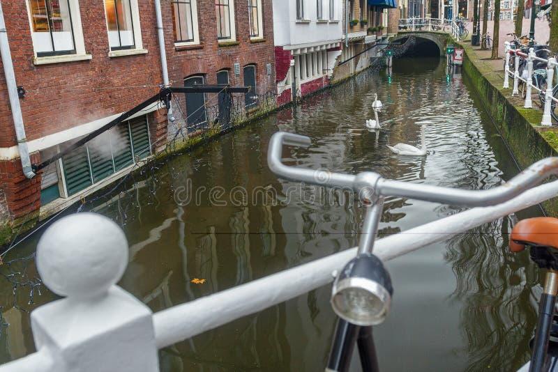 Arrosez le canal et la rue avec le parking de bicyclette dans ville de Delft de Néerlandais la vieille photographie stock libre de droits
