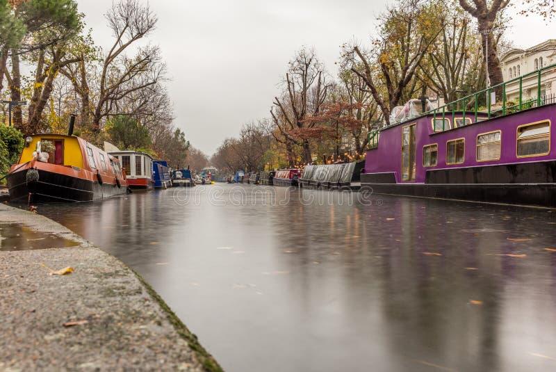 Arrosez le canal et les réflexions à peu de Venise à Londres image libre de droits
