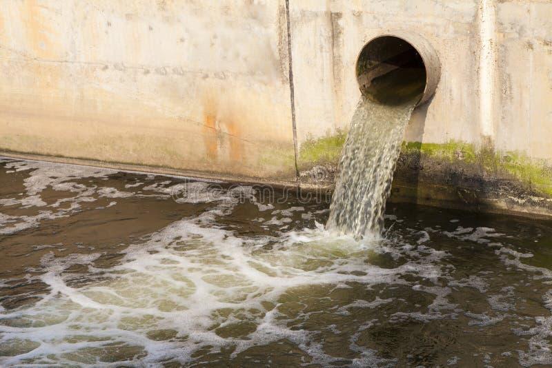décharge de l'eau photo stock