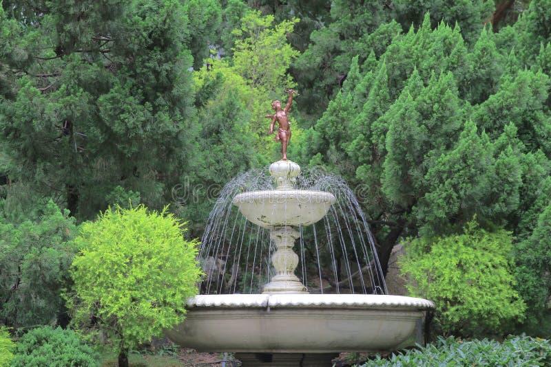 Arrosez le jaillissement outre de la fontaine dans le jardin images stock
