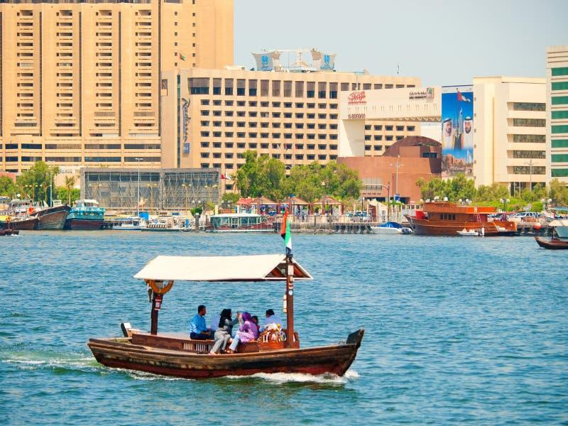 Arrosez le taxi (abra), Dubai Creek images stock
