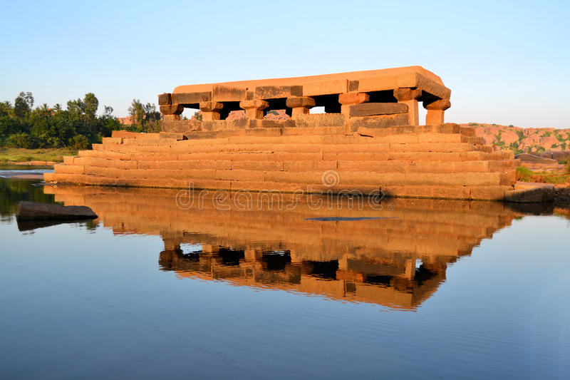 Arrosez le temple en rivière de Tungabhadra, Inde, Hampi photos stock