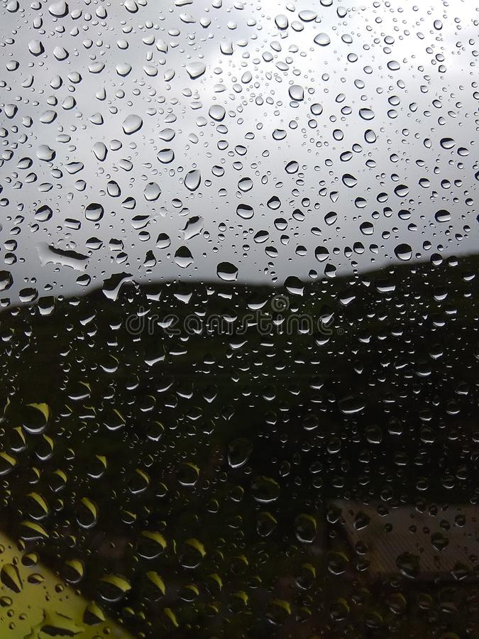 Arrosez les baisses sur le verre après la pluie Fond brouillé photos libres de droits