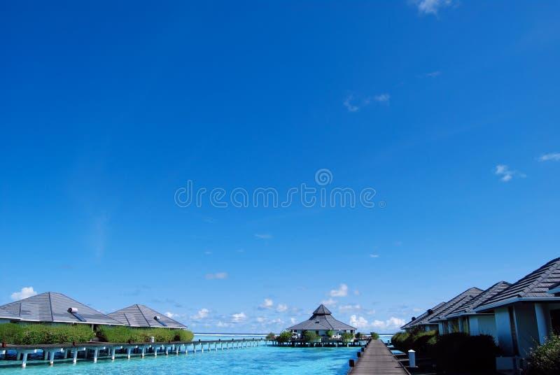 Arrosez les pavillons et l'océan de ciel et bleu bleu image stock