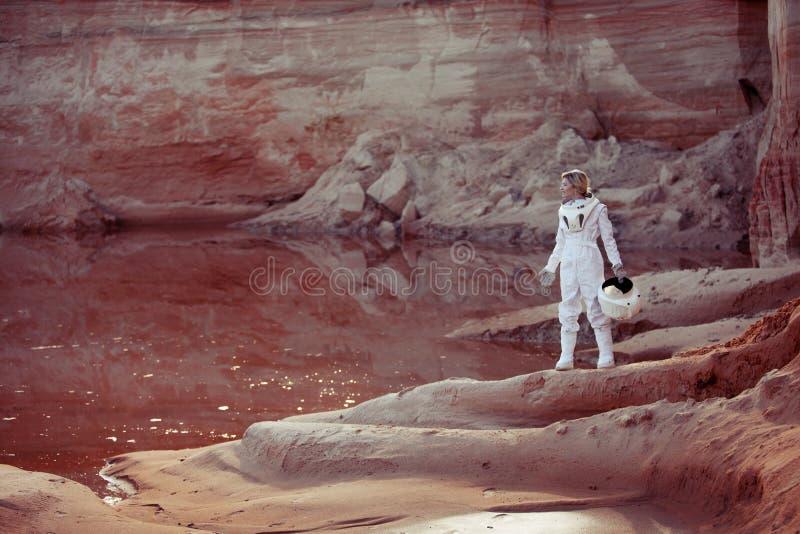 Arrosez sur Mars, astronaute futuriste sans a images libres de droits