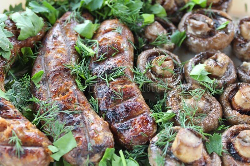 Arrostisca col barbecue all'aperto, salsiccie fritte, alimento all'aperto fotografie stock libere da diritti