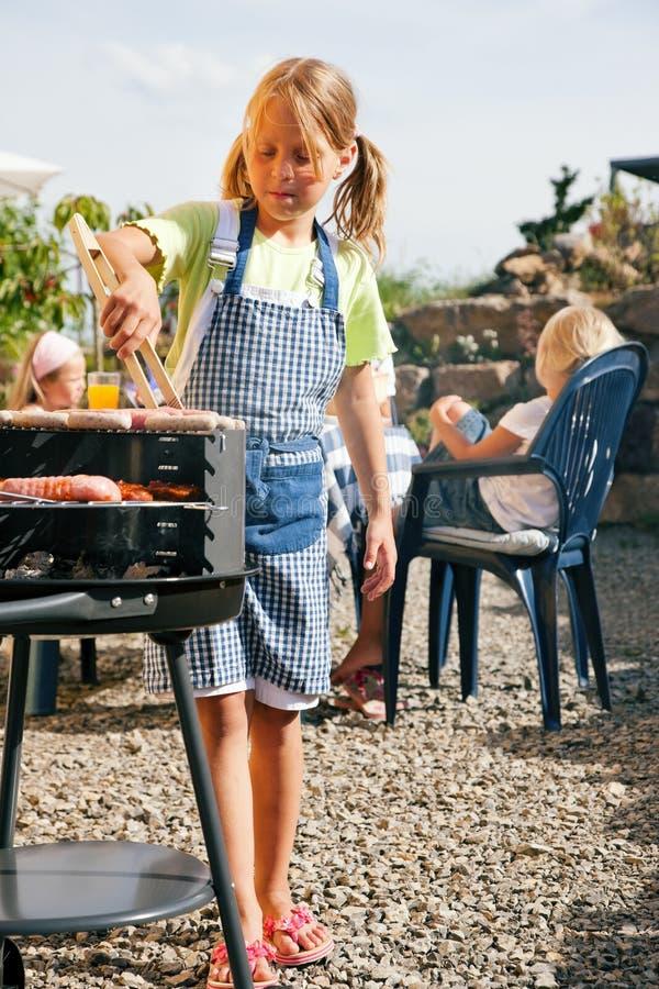 arrostisca col barbecue la famiglia che ha partito fotografie stock libere da diritti