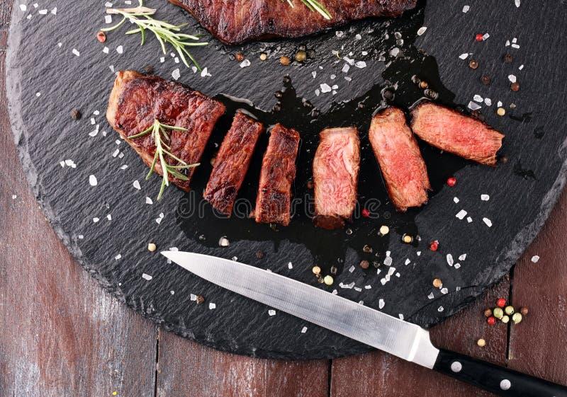 Arrostisca col barbecue Rib Eye Steak o la bistecca di scamone - asciughi l'entrecôte invecchiato di Wagyu fotografia stock