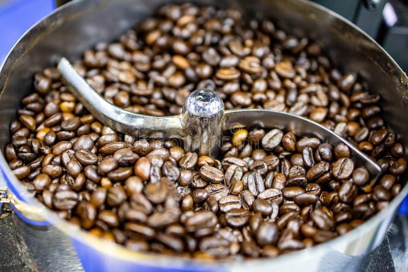 Arrosto del chicco di caffè in macchina automatica senza gente fotografia stock