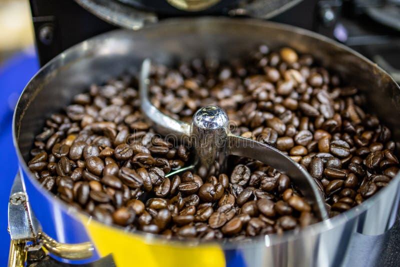Arrosto del chicco di caffè in macchina automatica senza gente immagine stock libera da diritti