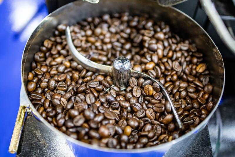 Arrosto del chicco di caffè in macchina automatica senza gente immagini stock libere da diritti