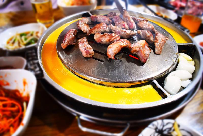 Arrosto di carne di maiale in un ristorante con barbecue in Corea del Sud immagine stock