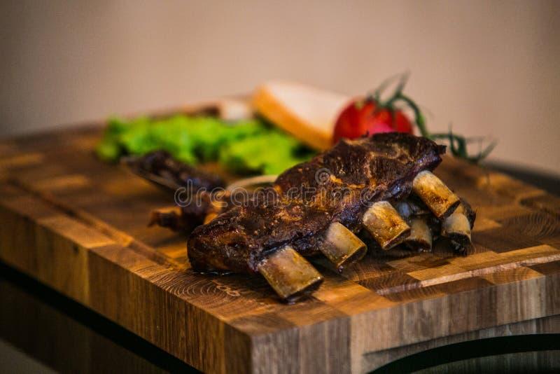 Arrosto di costola della carne di maiale con gli ortaggi freschi del forno immagine stock libera da diritti