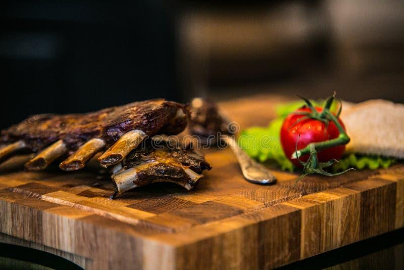 Arrosto di costola della carne di maiale con gli ortaggi freschi del forno fotografia stock libera da diritti