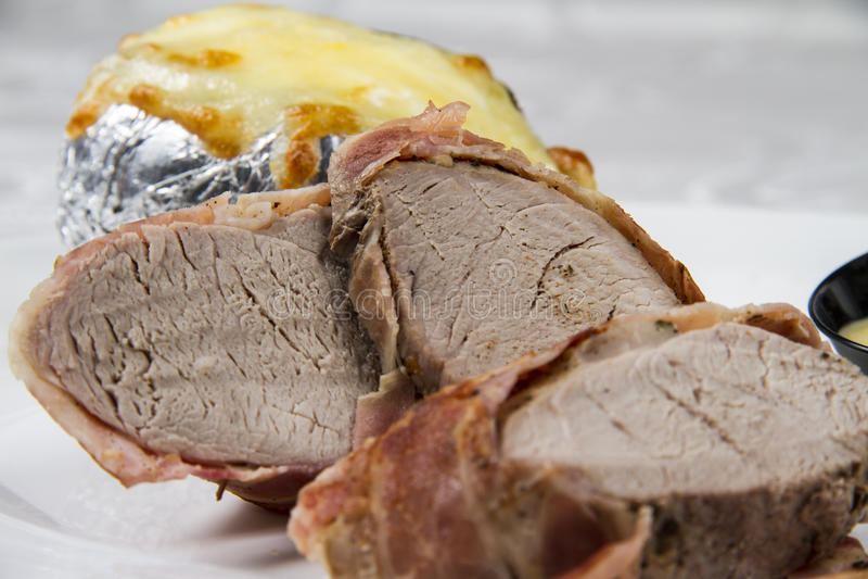 Arrosto di maiale, avvolto in bacon fotografie stock libere da diritti
