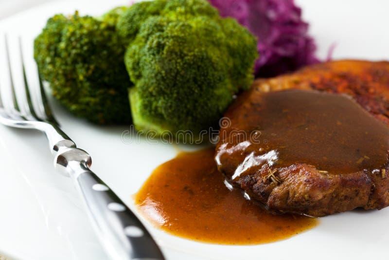 Arrosto di maiale con salsa e le verdure immagini stock