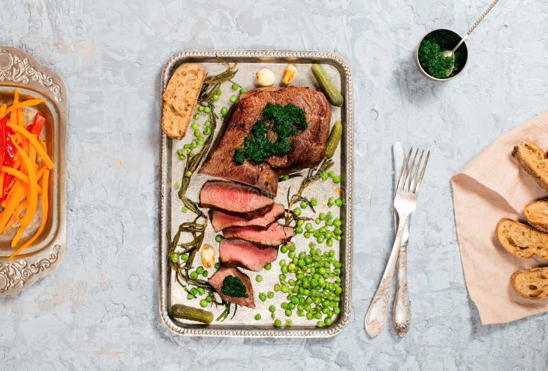 Arrosto di manzo affettato della bistecca con la salsa di chimichurri e il veget grigliato fotografia stock