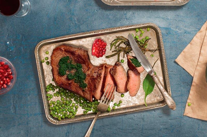 Arrosto di manzo arrostito affettato della bistecca del filetto con il sauc di chimichurri immagini stock libere da diritti