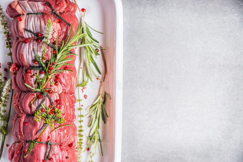 Arrosto di manzo crudo legato con una corda, cucinando preparazione con le erbe e le spezie, vista superiore fotografie stock