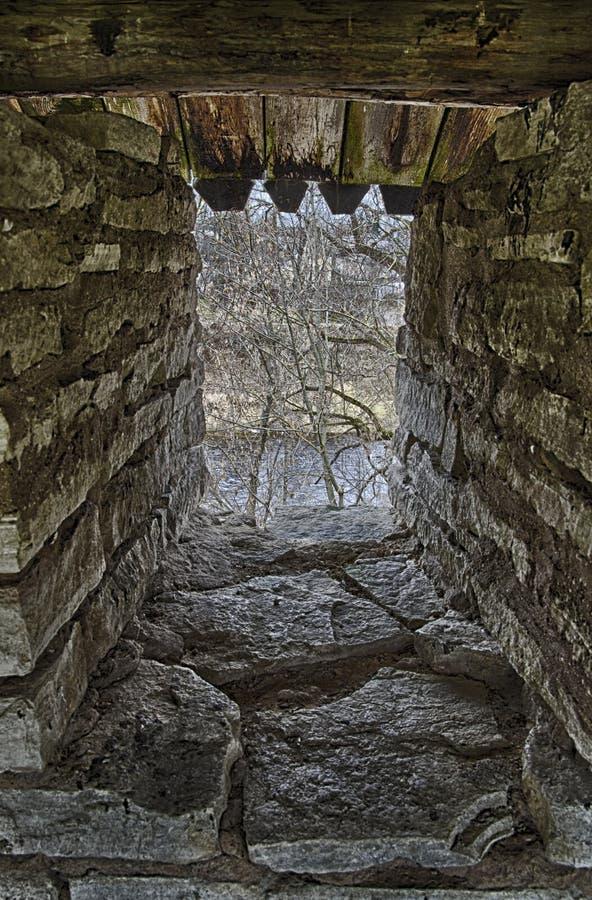 Arrowslit de pedra na parede reforçada da fortaleza foto de stock royalty free