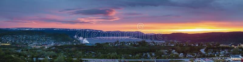 Arroyo de la esquina en la puesta del sol imagen de archivo