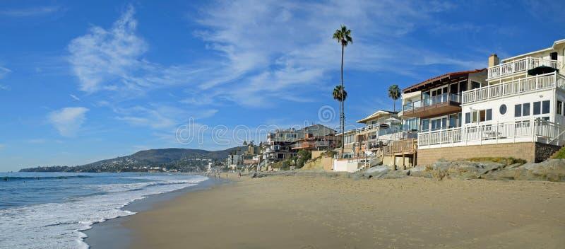 Arroyos calle y playa en Laguna Beach, California de la calle del roble foto de archivo libre de regalías