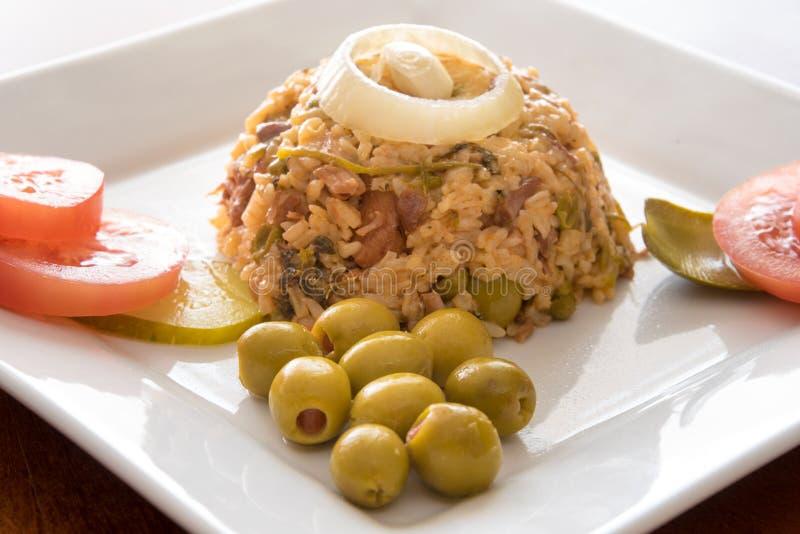 Arroz amarelo crioulo tradicional da culinária cubana foto de stock