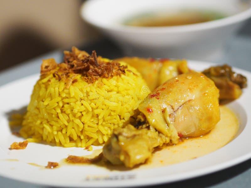 Arroz amarelo muçulmano com galinha Biryani da galinha com arroz verde do molho com galinha surrada foto de stock royalty free