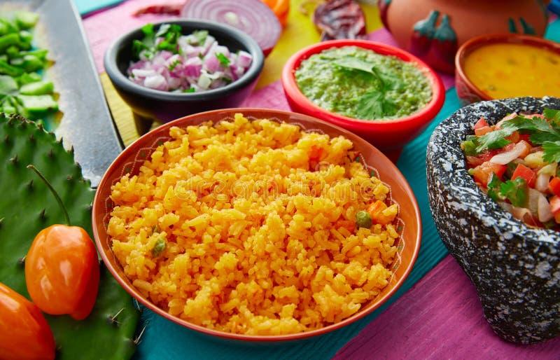 Arroz amarillo mexicano con chilis y salsas foto de archivo libre de regalías