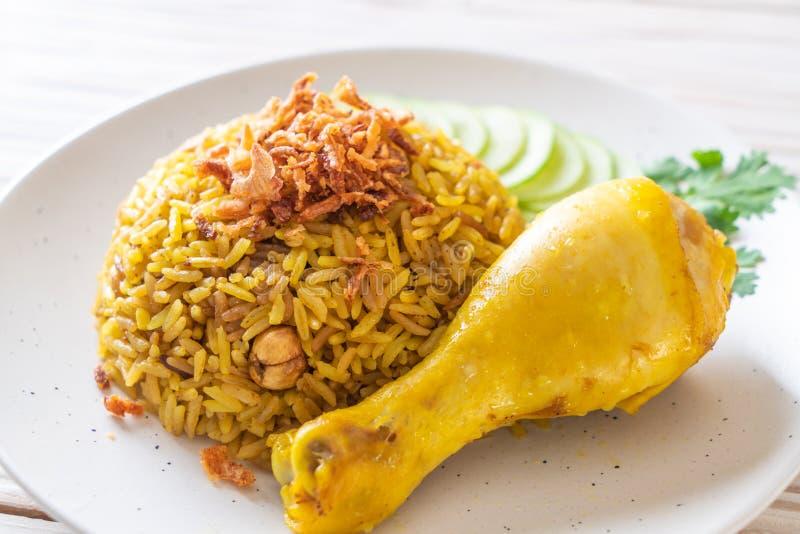 Arroz amarillo musulmán con el pollo imagen de archivo