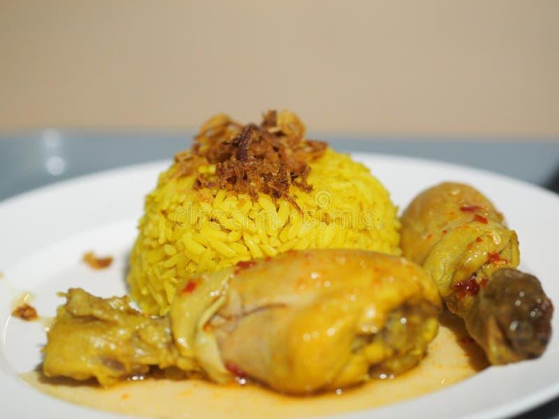 Arroz amarillo musulmán con el pollo Biryani del pollo con arroz verde de la salsa con el pollo al curry imágenes de archivo libres de regalías